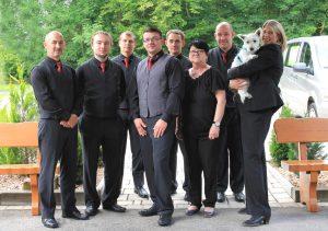Gruppenfoto mit sechs Männer, zwei Frauen und ein Hund, Foto: Bestattungshilfe mit Herz